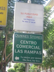 Anuncio de Dunnes Stores, a la entrada del Centro Comercial Las Rampas