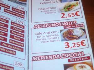 Desayuno inglés --según ellos--: Bacon, salchica, huevos, tostada y judías blancas: 3,25 €