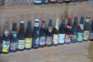 Escaparate con varias cervezas belgas