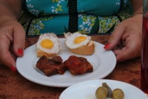 Además de las aceitunas, acompñaron las bebidas del menú del día con dos tapitas: rodaja de pan con huevo de codorniz y tostada con tomate
