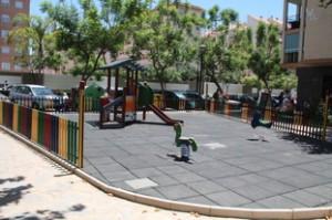 La plaza dispone de parque infantil