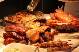 Carnes en el buffet: pollo, costillas,...