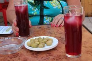 Bebidas del menú del día: tinto de verano, acompañadas de unas aceitunas