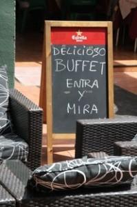 Entre las sillas: delicioso buffet entra y mira