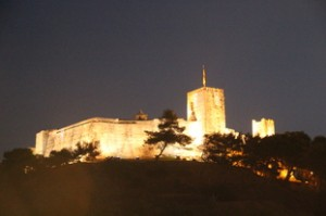 Vista nocturna del Castillo Sohail