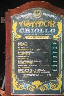 También hay un asador criollo con especialidades argentinas y uruguayas