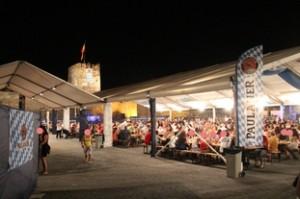 En el interior, las típicas mesas corridas con aspecto del Festival de la Cerveza alemana. A ciertas horas hay actuaciones. El día que estuvimos nosotros había cola para hacer el pedido.