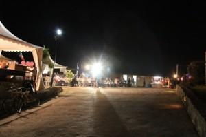 Una vista nocturna de las jaimas ubicadas en torno a la puerta de entrada