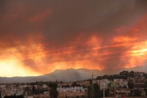 El humo está por delante de las nubes de la puesta de Sol