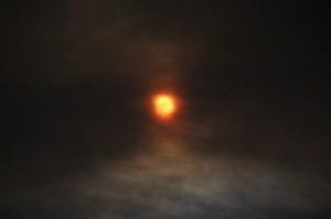Hoy la Luna está casi llena, pero el humo la oscurece.