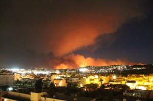La ciudad del primer plano es Fuengirola. Al fondo, el incendio
