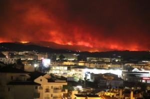 Espectacular paisaje en llamas. La población de primer plano es Fuengriola