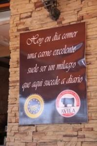 Otro letrero anunciando las carnes de Ávila
