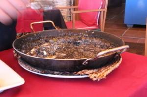 Paellera con dos raciones de arroz negro