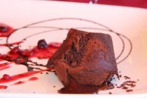 Detalle de la magdalena por la que sale el chocolate.