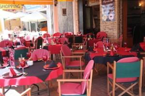 Mesas en la terraza. Observen, otra vez el rojo y el negro