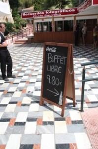 Después de tanto andar teniamos hambre y sed así que nos fuimos al restaurante que hay allí mismo que tenían un buffet libre por 9,80 €