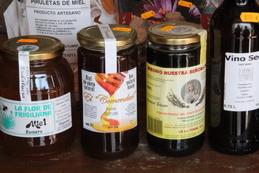 En la calle de la foto anterior hay varias tiendas de productos típicos de Frigiliana. Quizá el producto más original sea el concentrado de caña de azúcar, debido a que en el pueblo se conserva el ingenio que se utilizo para tratar la caña de azúcar y obtener tanto el azúcar, como las melazas.
