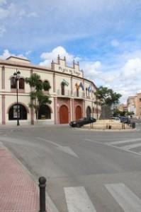 Si no saben dónde está Molino de Viento, tengan en cuenta que es la calle de la izquierda de esta foto. El lateral hacia el oeste de la plaza de toros de Fuengirola.
