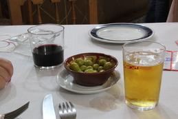 De bebidas pedimos un vino tinto y una caña, que nos sirvieron acompañadas de aceitunas, en un cuenco de cerámica muy original. Luego les mostraremos el cuenco en ddetalle.