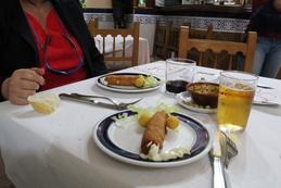 Mesa completa con las dos tapas eróticas. A destacar: mesa con mantel blanco y el cuenco de las aceitunas, muy colorista.