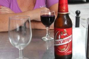 Botellín de Cruz Campo si no recordamos mal 1,5€. Vino tinto 1,5€