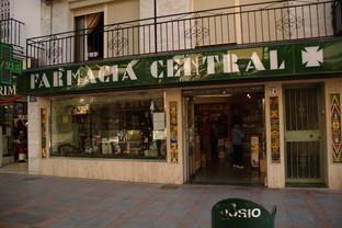 Fotografía de frente de la farmacia central.