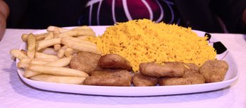 Nuggets de pollo, con arroz pilau.