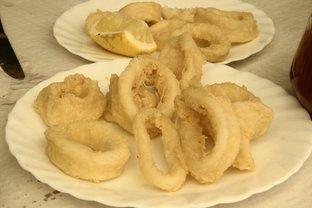 Primer plano de la ración de calamares fritos.
