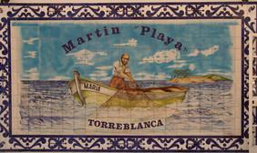 En una e las paredes de Martín Playa hay una bonita cerámica en la que se ve a un pescador en plena faena