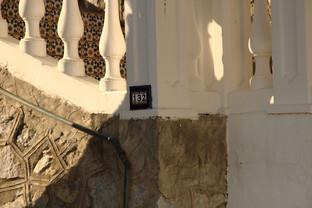 Está ubicado en el número xx del Paseo Maritimo