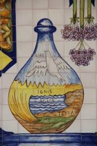 Cerámica de la Farmacia en la calle Marbella, con ese agradable sabor medieval recordando los cuatro elementos de los griegos: Tierra, Agua, Fuego y Aire.