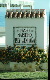 """""""Mojón"""" con el nombre del Paseo Marítimo."""