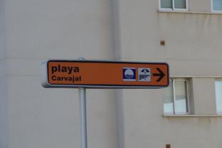 Señal de tráfico indicando la playa de Carvajal.