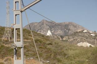 Otro de talle de la estación con la estupa budista de Benalmádena en el centro.