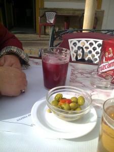 Nada más pedir las bebidas, sin haber pedido las tapas, nos las sirvieron con un pequeño bol de aceitunas y zanahorias encurtidas.