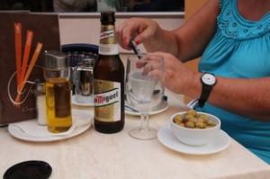 Antes de las tapas pedimos unas bebidas: un botellín de cerveza San Miguel (1,50 €) y un poleo menta (1€)