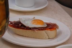Y de las varias tapas del día a 1€, pedimos esta que es el famoso pan amb tumaca (pan con tomate), sobre el que hay una loncha de un buen jamón serrano y un huevo de codorniz frito encima.