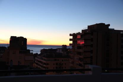 Ventanas con reflejos rojos al amanecer