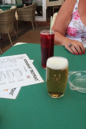 """Primero nos trageron las bebidas: una caña de cerveza y un """"tinto de verano"""""""
