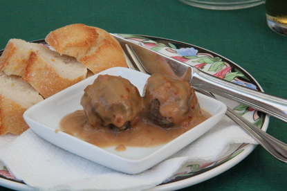 Dos albóndigas con salsa de almendras. Esquisitas