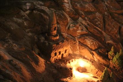 En una de las esculturas de arena iluminadas por la luna, el espíritu de la noche: la luz de una hoguera