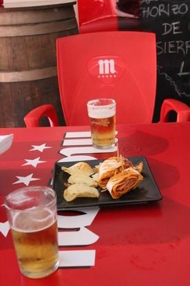 La típica mesa de Mahou y dos cañas con dos tapitas