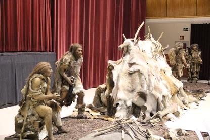 Neandertales con cabaña de pieles