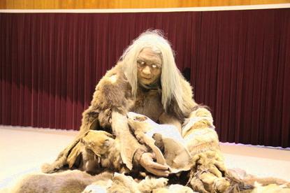 Neandertal con animal en brazos