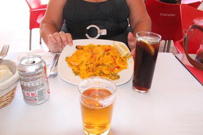 Bebidas --caña y tinto de verano-- y la ración de paella