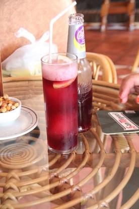 Tinto de verano y a la izquierda aperitivo de frutos secos