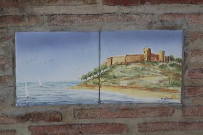 Muy cerca, en las farolas que iluminan la entrada de la plaza tiene esta cerámica con el castillo de Sohail