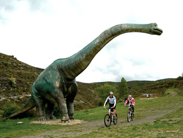 """Dinosaurio en la """"Ruta de los dinosaurios"""". La foto es una gentileza de BlogBTT Magazine y se liecencia como Creative Commons"""