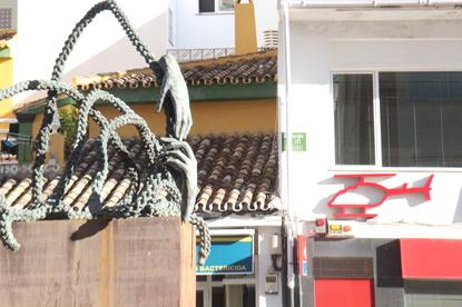 La escultura está ubicada en la Avenida de los boliches, enfrente de los helicópteros sanitarios